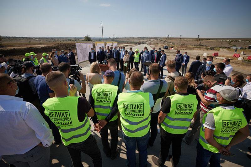Глава держави Володимир Зеленський спілкується з людьми під час інспектування доріг. Фото з сайту Офісу президента