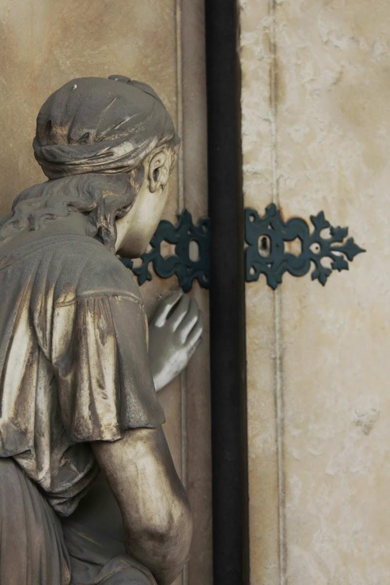 Famedio - dettaglio di un monumento funebre di scerda