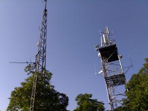 Photo: Na pravém stožáru (T-mobile), nahoře vlevo nad dvěma sektorovkama je dipól rozhlasového vysílače Radio Relax (200 W ERP - V) na kmitočtu 94.8MHz.  Na stožáru vlevo je TV vykrývač televize NOVA (K6, H, 30W ERP). Vlevo je příjímací anténa (K21, Chomutov - Jedlová hora) pro zdroj signálu tohoto vykrývače.