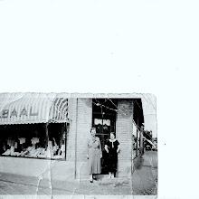 Photo: Tante Clazien (de Groot) met haar winkelmeisje. Zij was  een zus van mijn oma, zij is op jonge leeftijd uit Egmond weggegaan en   in  Zandvoort gaan wonen.  Zij begon daar een manufacturen zaak'' in de Schoolstraat'' ze breide dat uit met nog een zaak in de Haltestraat.  Een geboren zakenvrouw.