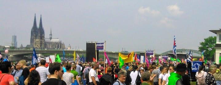 Demo in Deutz, vor Rheinbrücke und Dom.