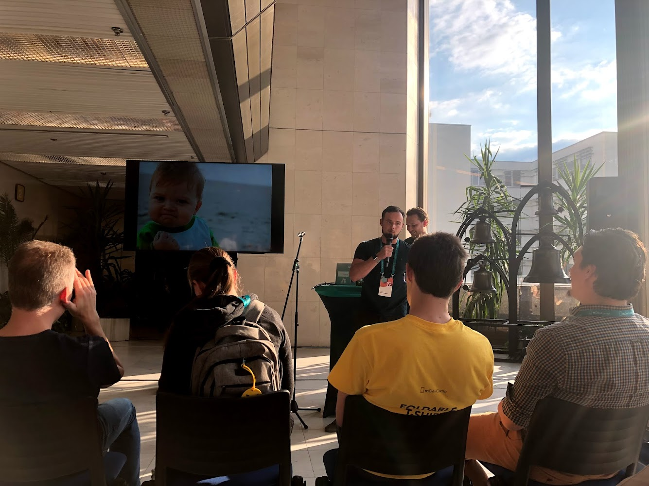 Primer speaker presentando su random slides