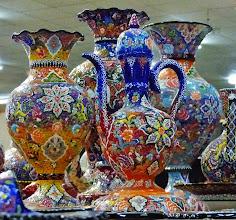 Photo: Kunstvolle, bunte Vasen und Kannen 1