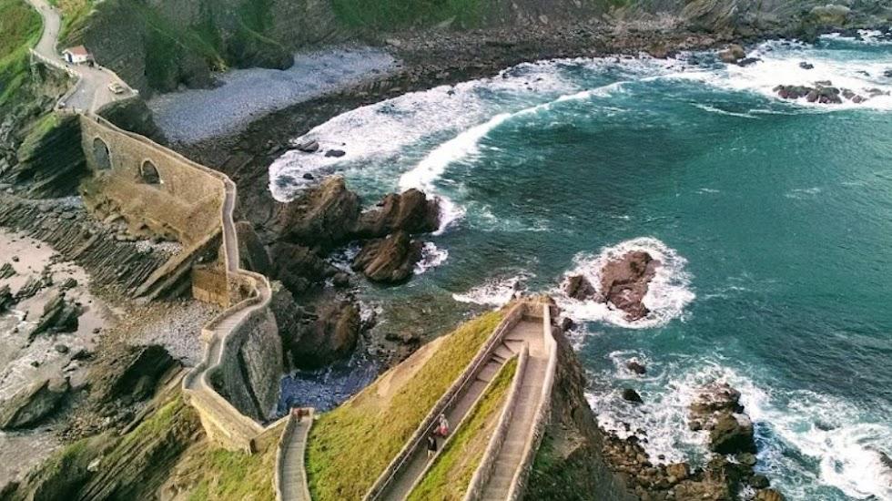 Mucha belleza en San Juan de Gaztelugatxe, en el País Vasco. FOTO DE GOOGLE MAPS.