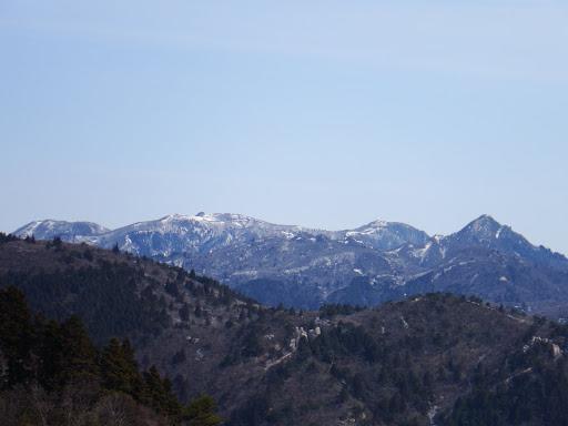 鎌ヶ岳(右)と御在所岳(中央)