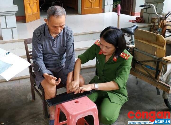 Cán bộ Đội Cảnh sát QLHC về TTXH Công an huyện Yên Thành đến tận nơi ở làm thủ tục cấp CMND cho người bệnh, người già và người có công với cách mạng
