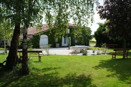 Jardin con mesa de ping pong y columpioCasa rural de alquiler para 6 a 7 personas en Surgeres cerca de La Rochelle costa atlantica de Francia