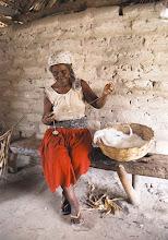 Photo: A utilização das fibras do algodão ainda faz parte do artesanato do povo kalungueiro. Mesmo com a chegada dos tecidos industrializados, muitas mulheres fazem seus próprios tecidos.