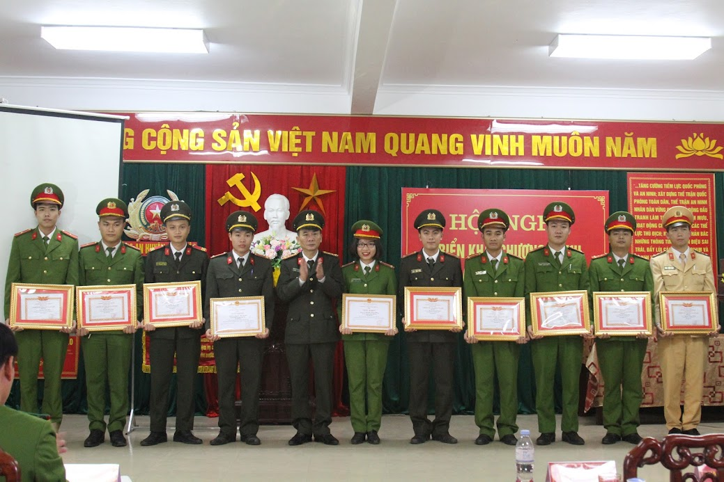 Đồng chí Đại tá Lê Xuân Hoài, Phó Giám đốc Công an tỉnh trao danh hiệu Chiến sĩ thi đua cơ sở cho các cá nhân
