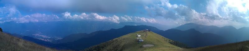 Photo: Rifugio San Fermo (1940m slm (Misurato con il gps dell'htc, +-20m)) visto da 1995m (Sempre misurato con il gps dell'htc +-10m).  Foto panoramica scattata con HTC Desire S ed elaborata da Photaf 3D Pro.
