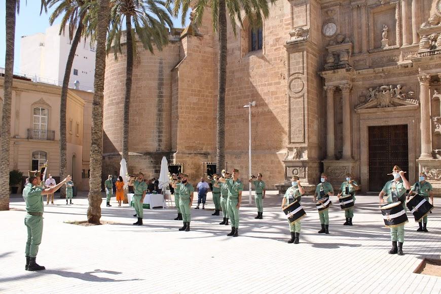 La Banda del Tercer Tercio actuando en la Plaza de la Catedral y ante la mesa petitoria de La Legión.