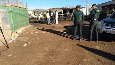 Agentes y personal municipal en el asentamiento de Los Nietos.