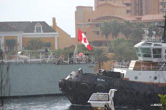 Photo: Llega a Curazao un buque de la armada canadiense, bajo un chaparrón.