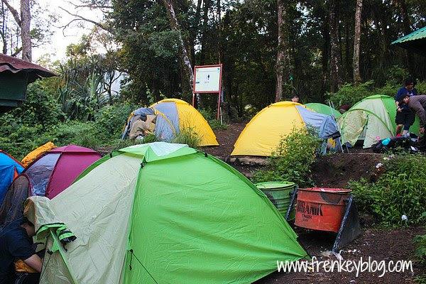 Bangun Tenda di Pos 2 - Pendakian Rinjani via Senaru
