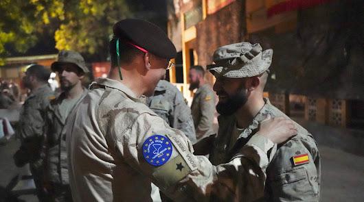 El general Ribeiro se interesa por los heridos en Mali