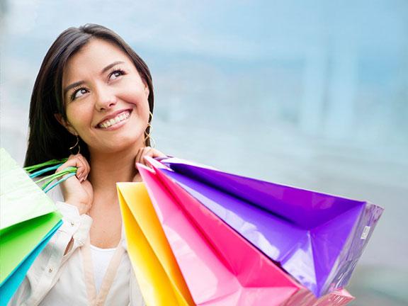 Женщина довольна покупкой итальянской одежды
