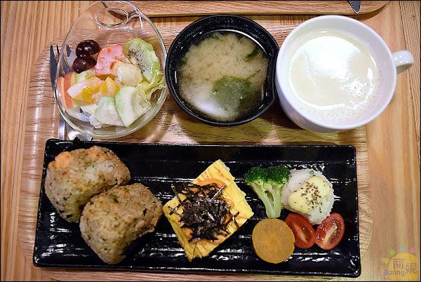 台中美味早午餐。LABBITO Café。法式與日式完美結合。推薦日式朝食、茶泡飯。餐點美味之外店裡懷舊的收藏品更值得好好欣賞