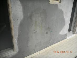 Photo: FF RHS Wall- big rain seepage - D-41, P-3, GNOIDA. Builder : Nanak Builders, Mr. Virender Batra