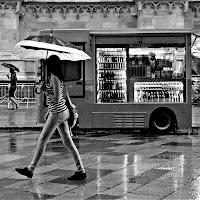 passeggiando sotto la pioggia di