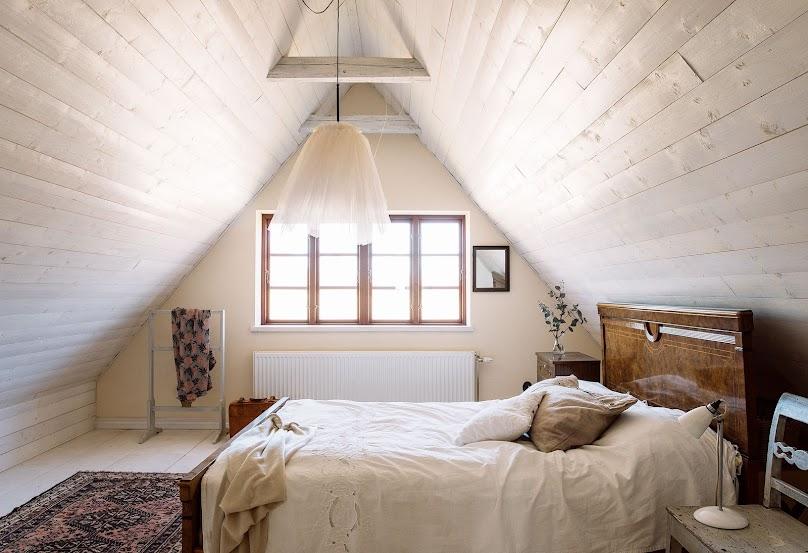 Sypialnia na poddaszu - można urządzić ją komfortowo i modnie