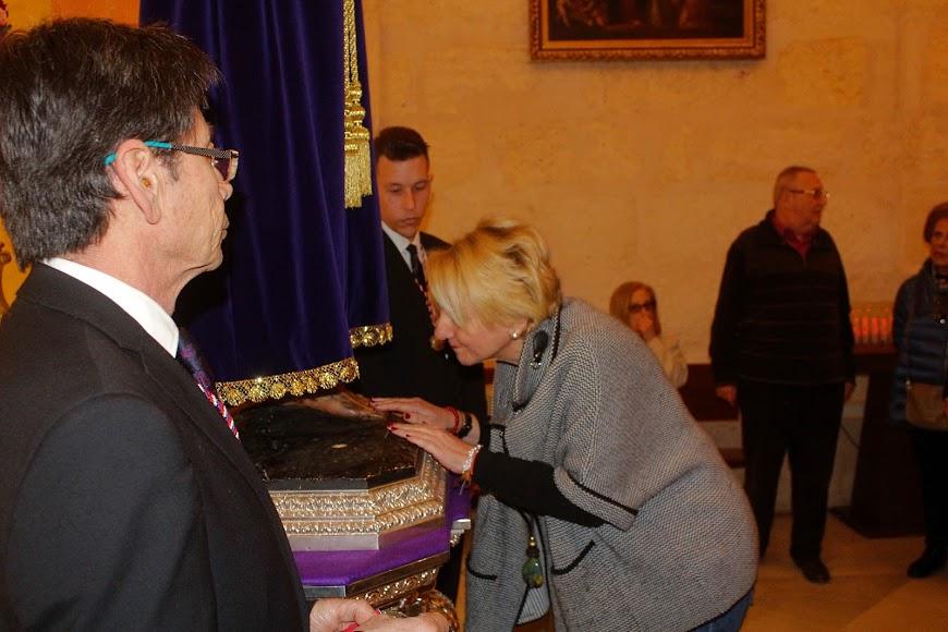 La delegada de Cultura en el Besapiés al Señor Cautivo de Medinaceli.