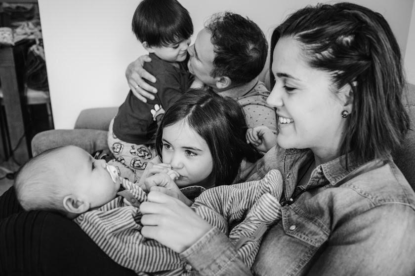 Sesión de fotos de familia en casa