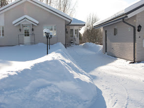 Photo: Täytyy tunnustaa, että uusi omistajarouva tekee lumityöt näyttävämmin - mulla oli kolan levyinen polku tuossa kohtaa ;))