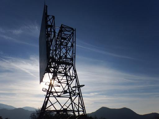 電波反射板(右奥に三国岳)