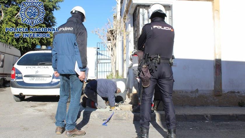 La Policía Nacional y los técnicos de Endesa se encargan de las acometidas ilegales.