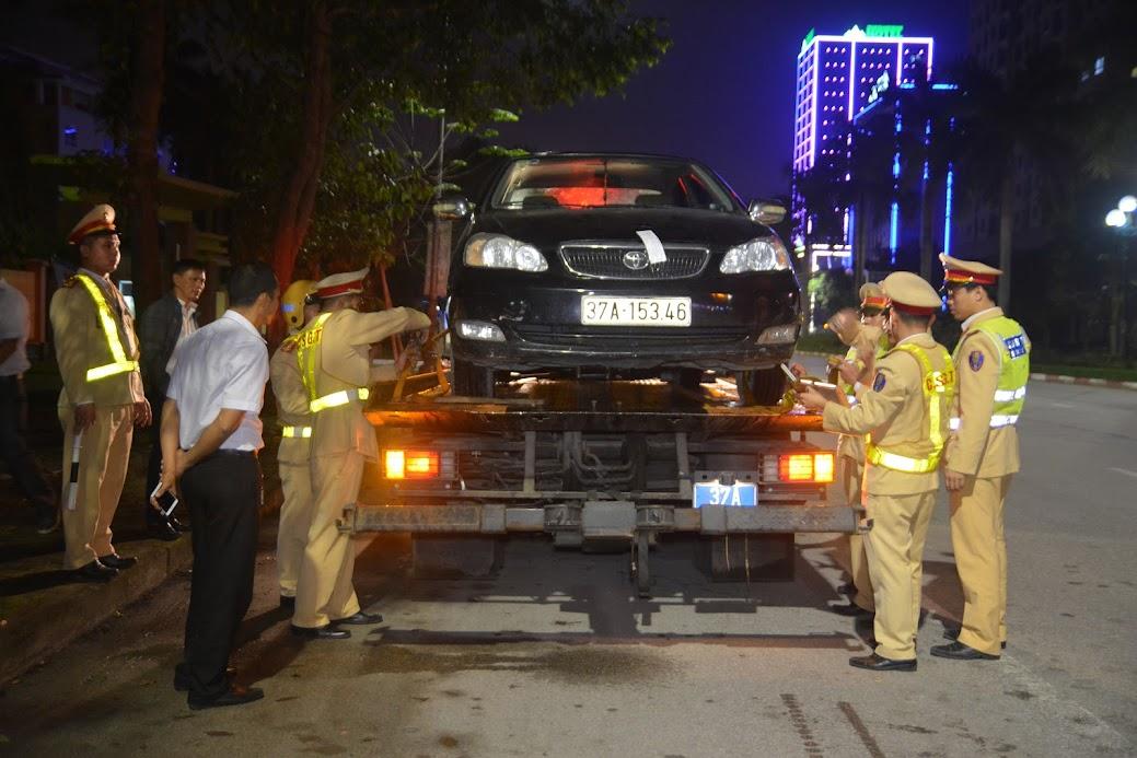 Lực lượng CSGT tiến hành tạm giữ phương tiện do lái xe vi phạm nồng độ cồn theo Nghị định 100 của Chính phủ