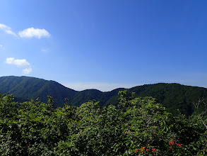浄法寺山(左)と、らくだの背(中央)