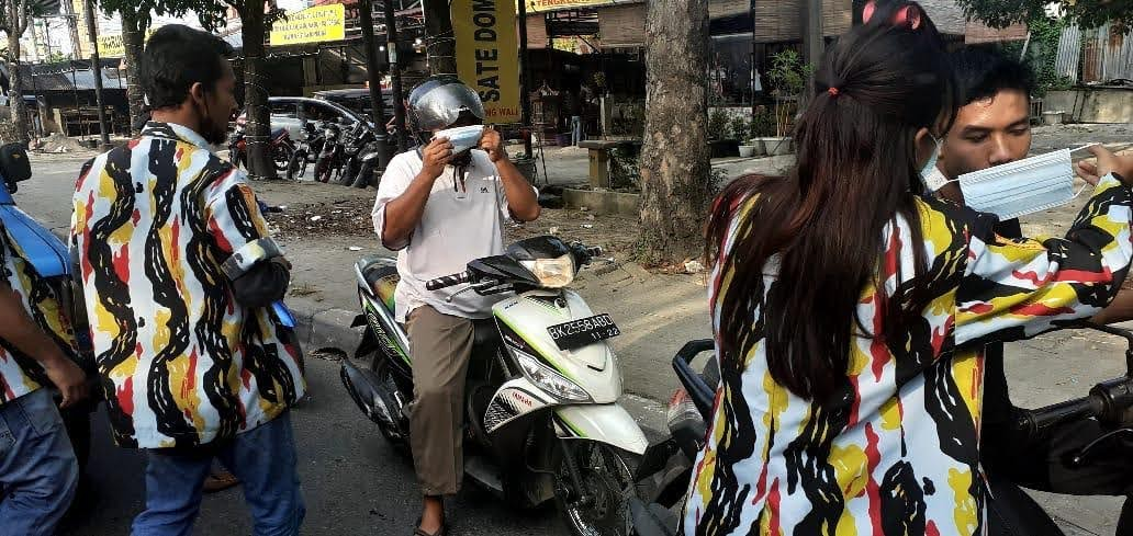 PAC PKN Medan Helvetia Bagikan Masker kepada Pengguna Jalan