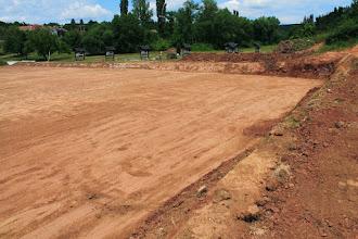 Photo: A bodai új sportpálya kialakítása közben számtalan helyen felbukkan az alapkőzet, a perm időszaki vörösbarna agyagkő