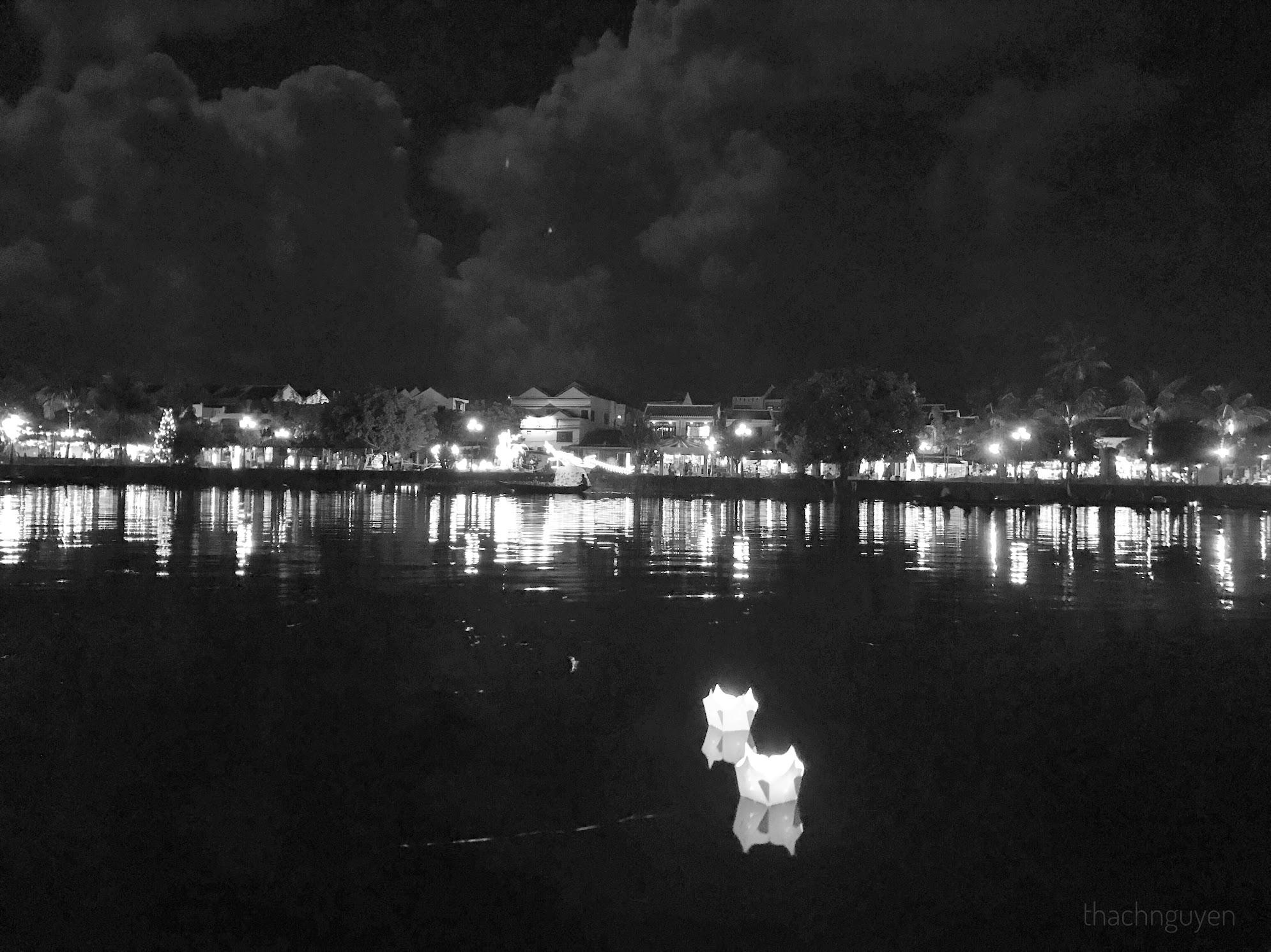đèn hoa đăng thả trên sông hoài hội an