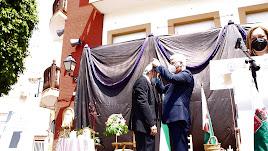 El alcalde, Ismael Torres, imponiendo la Medalla al homenajeado, Francisco Díaz Casimiro.