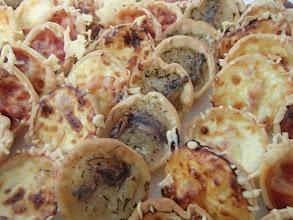 Photo: Mini tartelette aux oignons Mini pizza jambon fromage Mini quiche lorraine