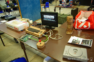 Photo: C64 et ses manettes carrossées en bois.