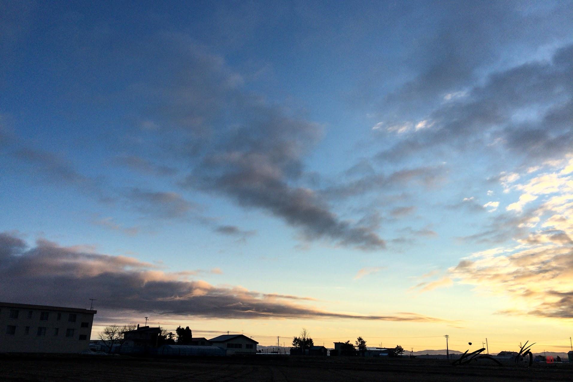朝陽を浴びて、たなびく灰色雲