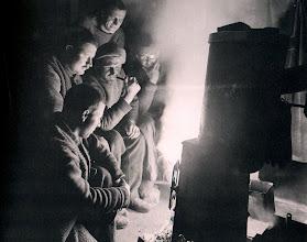 Photo: Las tareas del vigilante nocturno consistían en mantener encendidas las fogatas en el Ritz, en la cámara de oficiales de la cubierta superior, en el castillo de proa, y en el camarote de Shackleton, además de vigilar a los perros por si se soltaban. Por encima de todo, se esperaba que vigilara los cambios en el hielo.