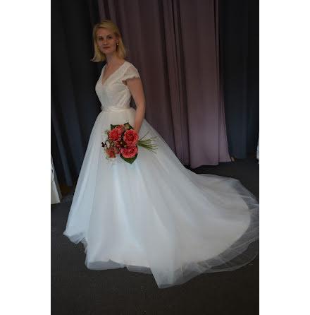 Brudklänning med spets och tyll och liten ärm