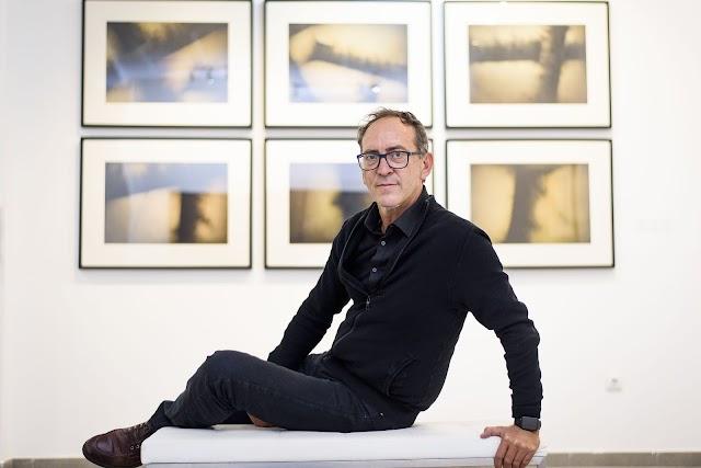 El artista posa ante los cuadros de la exposición de Antonio de Diego que se muestra estos días en MECA