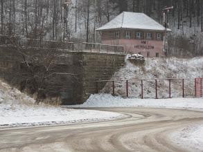 Photo: Do Mieroszowa docieram autobusem.  Zakładam na lewą dłoń rękawiczkę, na prawą skarpetkę (Licho krążyło w okolicach Opola i zakosiło co trzeba) i podążam ku wylotówce na Chełmsko Śląskie.