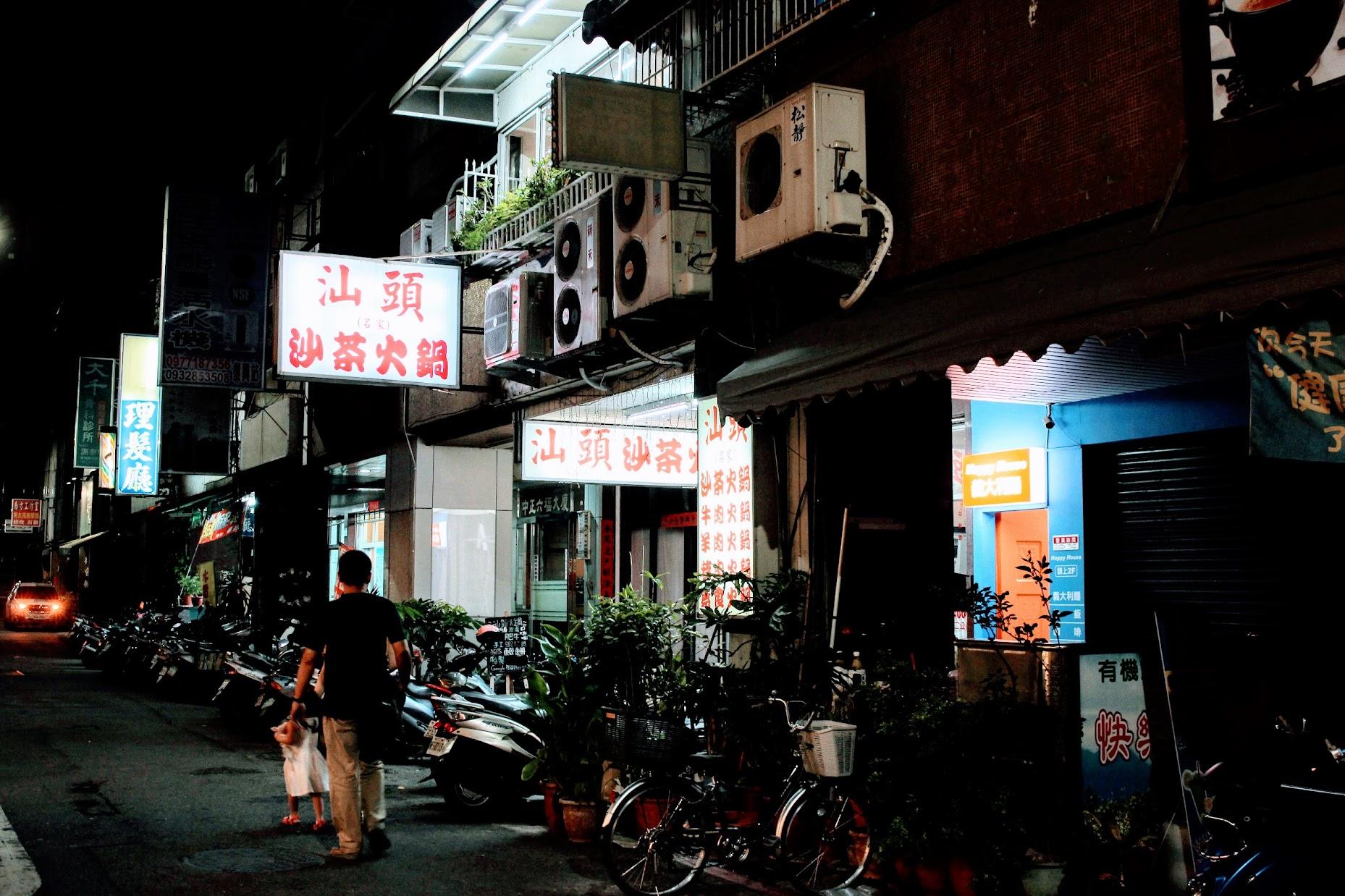 在渤海街上,就是高雄商旅隔壁的巷子內,離捷運信義國小站很近