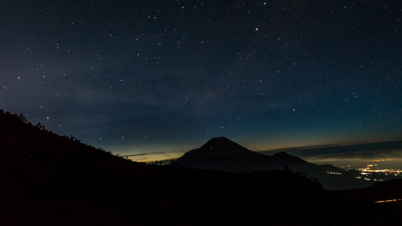 Pemandangan Mendaki Gunung Prau Melihat Bertabur Bintang