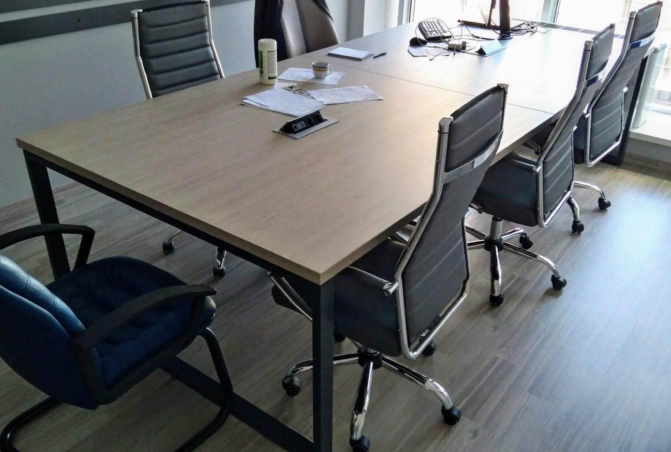 Рабочий офисный стол с блоком розеток - Module-Market