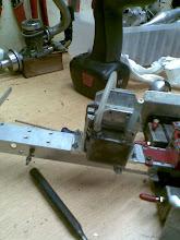 Photo: Motorsteun bovenste motor veranderd. Nu kan de motor makkelijker gemonteerd worden tussen de klasses door.