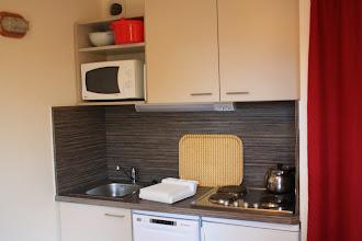 Photo: Vue sur la kitchenette d'un des appartements de la résidence Castor & Pollux, à Risoul dans les Alpes du Sud