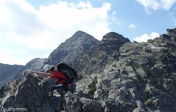 Photo: Tras superar la fisura atacamos la cresta para llegar hasta el primer pico (2.643m)