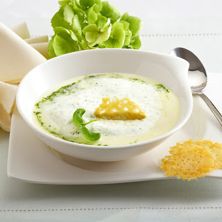 Spargelsuppe mit Parmesancracker