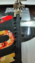 Photo: Picot vaststikken aan de onderrand. Deze rek geen rek uit het elastiek gehaald, in het achterpand is tenslotte al 20% rek uitgehaald. (gezien in de craftsyklas van Beverly Johnson) Zigzag of the picot